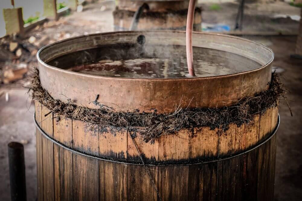 proceso de elaboracion del mezcal: destilación del agave